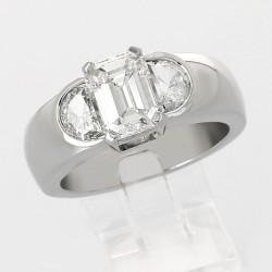 Solitaire de fiancailles diamant taille émeraude et deux demi-lunes diamant 2,02 carats serti griffes et demi-clos-or 18 carats