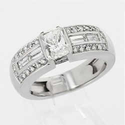 Solitaire accompagné diamant taille emmeraude 1,02 carat - or 18 carats