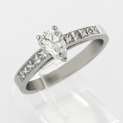 Bague de fiancaille solitaire poire et princesses pour un caratage de 1,05 carat monté en or 18 carats