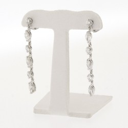 Boucle d'oreilles pendantes diamants ronds et navettes sertis griffes en or 18 carats