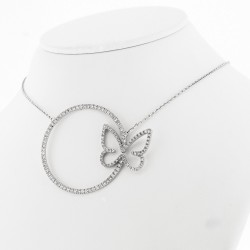 Collier motif cercle avec un papillon serti de diamants en mini-griffes, or 18 carats
