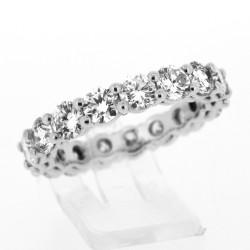 Alliance mariage pour femme sertie de diamants sur griffes en or 18 carats