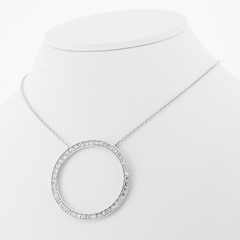 Collier accompagné d'un motif rond pavé de diamants sertis grains en or 18 carats