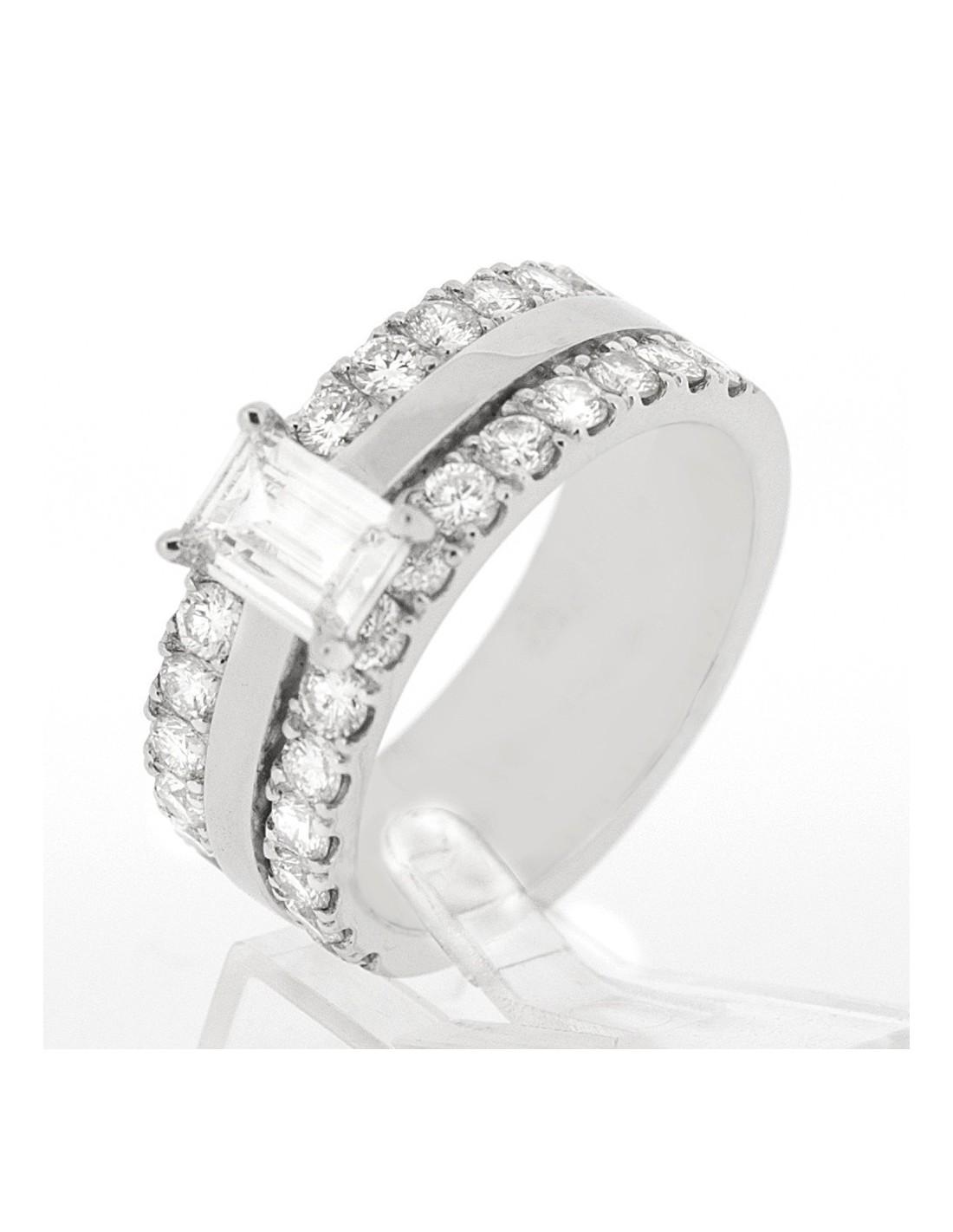 Très Bague moderne 3 anneaux dont 2 pavés, le tout orné d'un diamant de  CO17