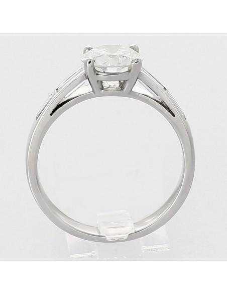 Bague solitaire moderne centre en serti griffes et bageuettes en serti rail diamants 1,95carat-or 18 carats