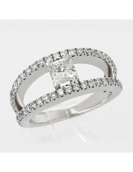 Solitaire diamant taille princesse 0,80 ct, deux anneaux pavés mini-griffes - or 18 carats