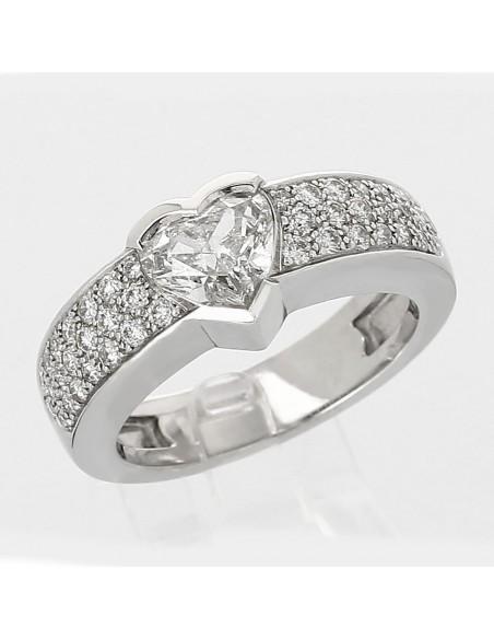 Solitaire accompagné diamant taille cœur serti clos