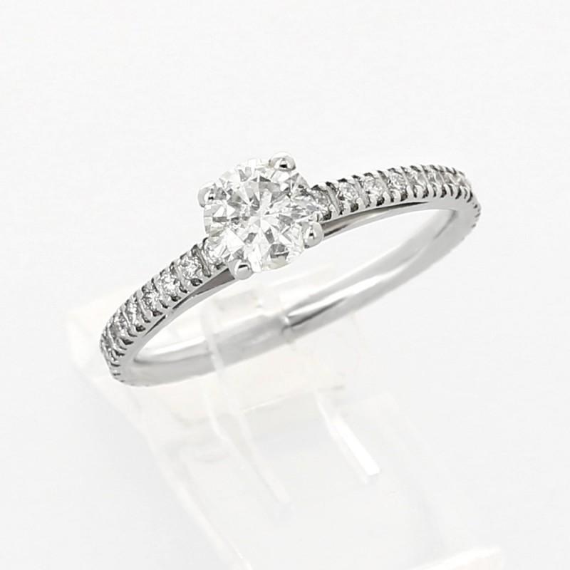 Solitaire pavé, diamant central monté sur griffes corps en micro-sertis 0,82 carat au total - or 18 carats