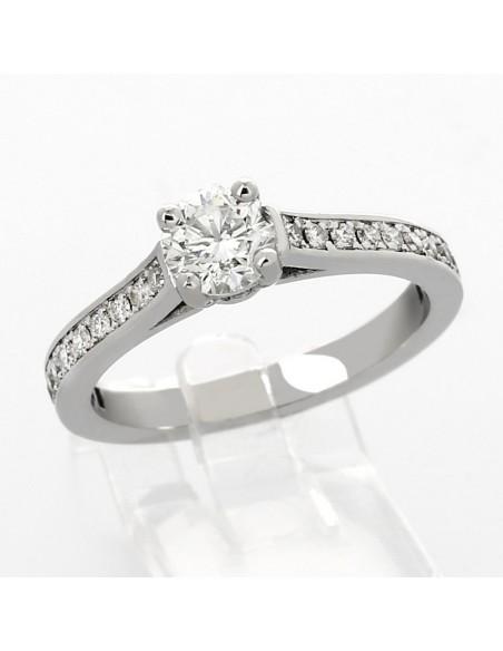 Bague de fiançaille ornée de diamants et d'un diamant rond en or 18 carats