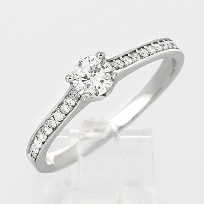Solitaire pavé de diamants serti grains avec centre rond sur griffes en or 18 carats