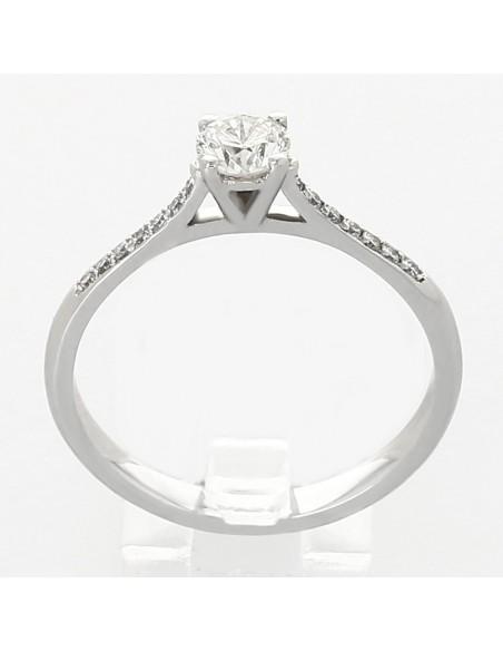 Solitaire avec centre rond pavé de diamants sertis grains en or 18 carats