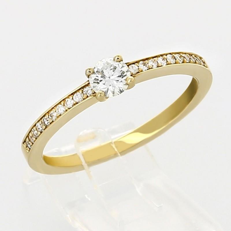 Bague de fiançailles montée d'un centre et pavée de diamants en or 18 carats