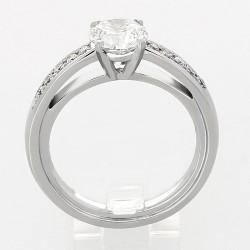 Solitaire montée d'un centre rond avec pavage diamant sertis grains en or 18 carats