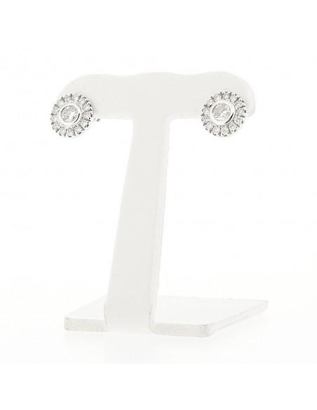 Boucles d'oreilles en puce serti clos et pavage avec diamant central montées sur or blanc 18 carats