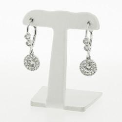Boucles d'oreilles dormeuses avec diamant central serti clos contour pavage serti mini-griffes montées sur or blanc 18 carats