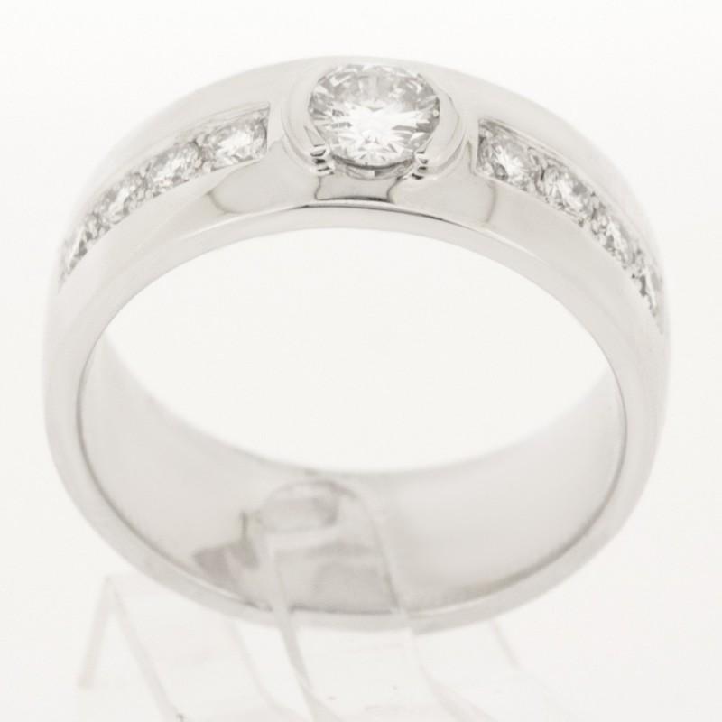Solitaire montée d'un diamant rond au centre avec pavage serti mini-griffes en or 18 carats