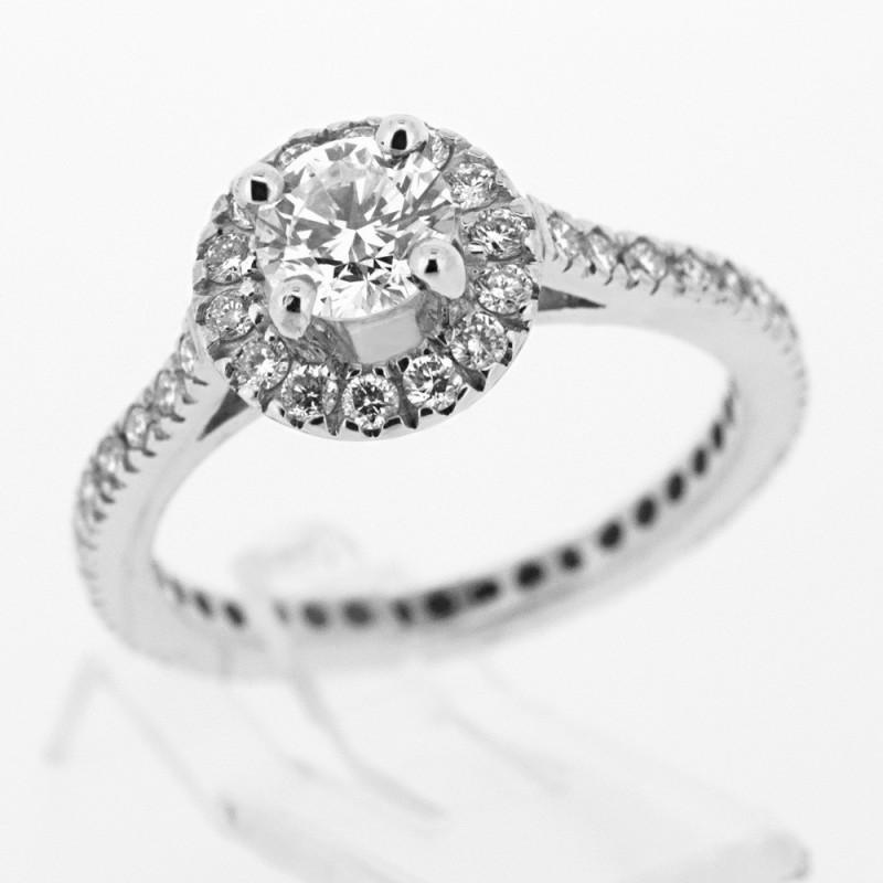 766525b1c37 Bague de fiançailles ornée d un diamant avec entourage et pavée sur tout le  corps